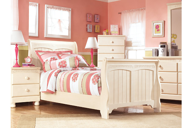 White Cottage Bedroom Set. Beautiful Exquisite Decoration Cottage ...